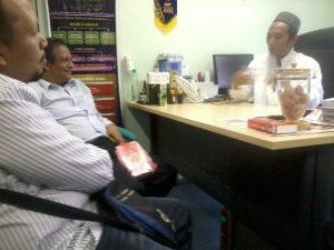 Dr Razak dan rakan-rakan sedang berbincang untuk pengeluaran Jus Delima Bio Emas